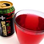 Punaista energiajuomaa lasiin kaadettuna