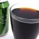 Juomaa lasiin kaadettuna