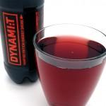 Verenpunainen juoma kaadettuna lasiin