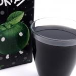 Mustaa Omenaa lasiin kaadettuna