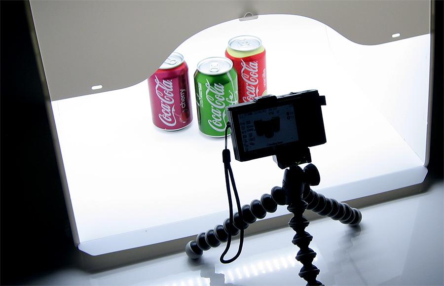 Sanoto MK50-LED Lightboxissa kuvattavana Sony RX100 II kameralla Coca-Cola tölkkejä