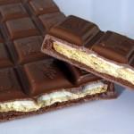 Levyssä on kerroksittain suklaata, keksiä ja kreemiä