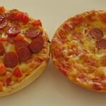 Juuri uunista ulos otettu pizzaburger