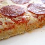 Lähikuva Pizza Rustica Pepperoni Calabrese pizzan pohjasta