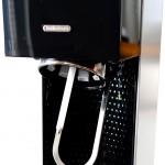 Juomapullo kiinnittyy laitteeseen pikalukituksella