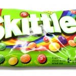 Pussillinen kirpeitä Skittles karkkeja