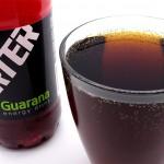 Juoma on lähes colan väristä